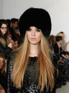 juoda kailinė kepurė